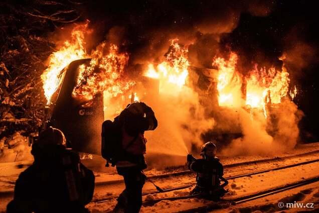У Чехії біля залізничної станції загорівся потяг. Фото НП