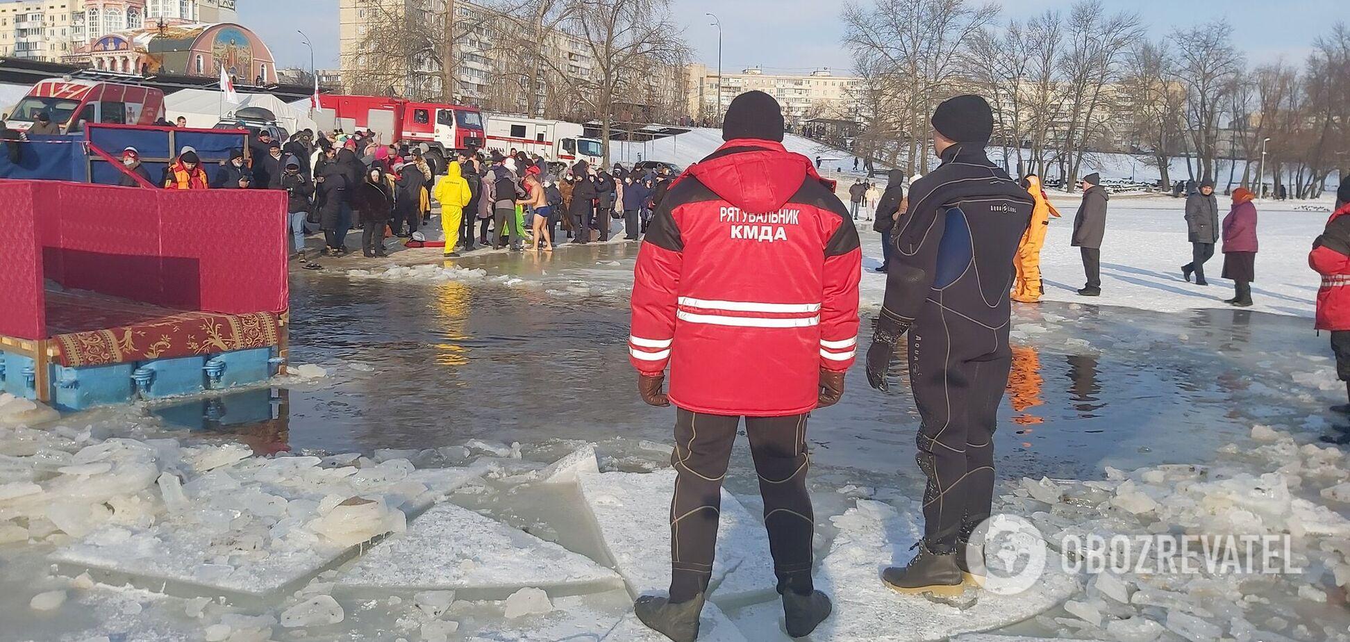 Рядом с прорубью дежурят спасатели и полиция