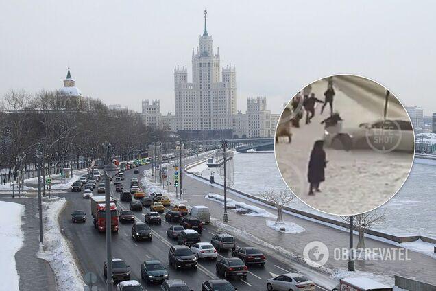 В Москве авто влетело в толпу пешеходов на тротуаре. Видео 18+