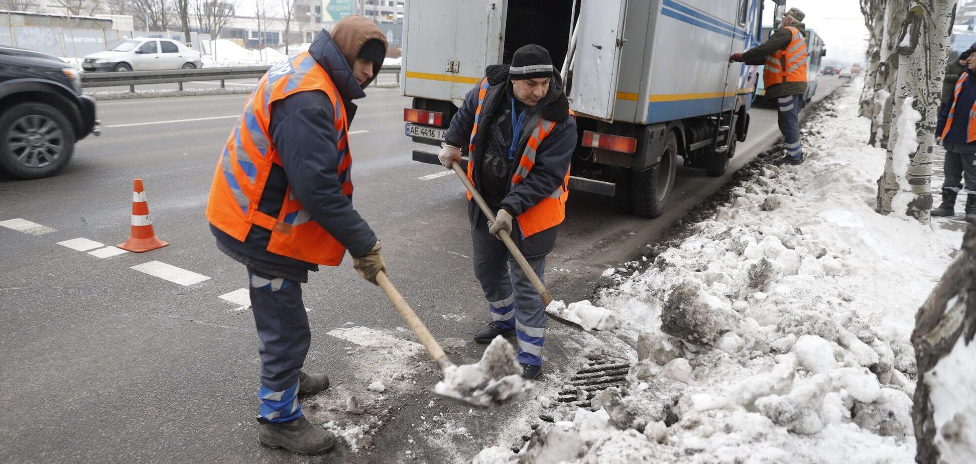 В Днепре коммунальщики начали расчищать от снега и льда ливневки