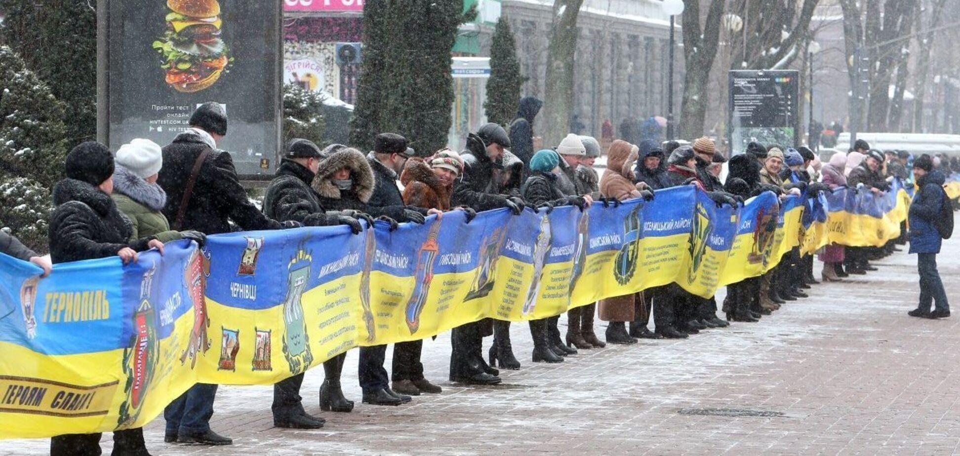 Украинцы в День соборности выстраивают живые цепи