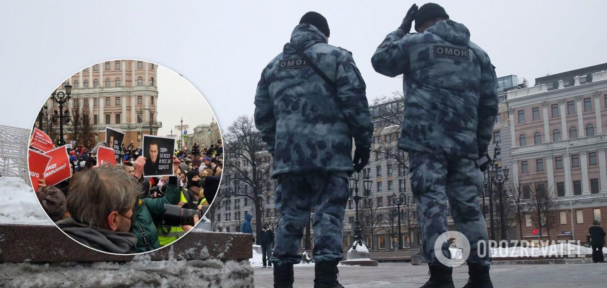 У Москву стягнули бронетехніку: силовиків закидали пляшками