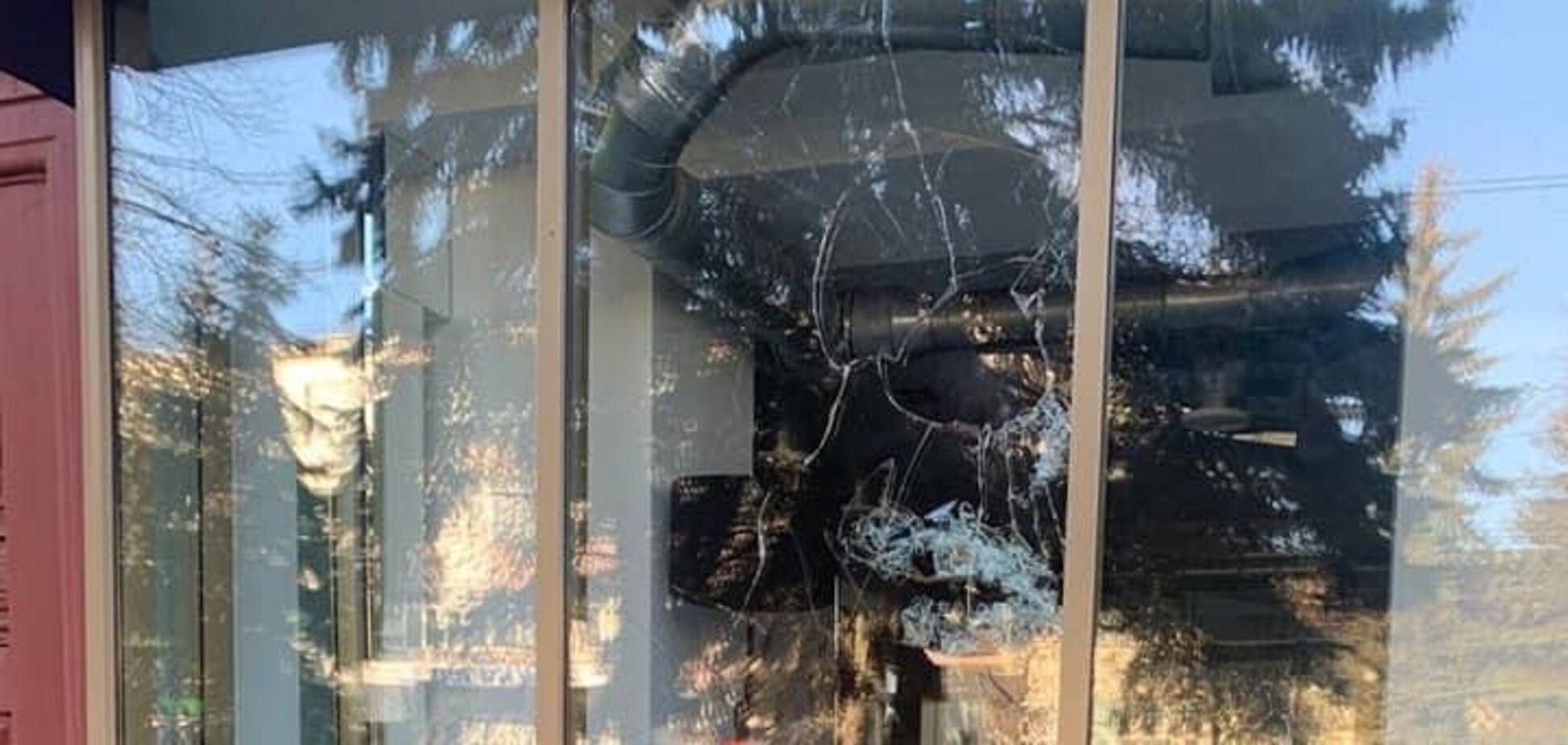 У Рівному невідомі пошкодили офіс партії 'Європейська солідарність'