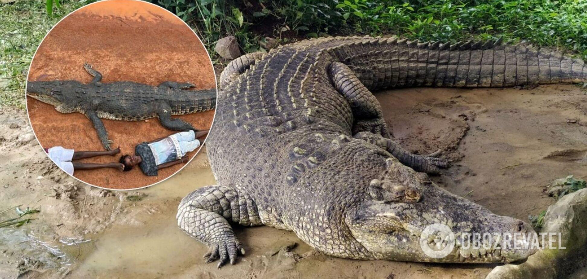 Троє дітей вмістилися уздовж одного величезного крокодила. Фото