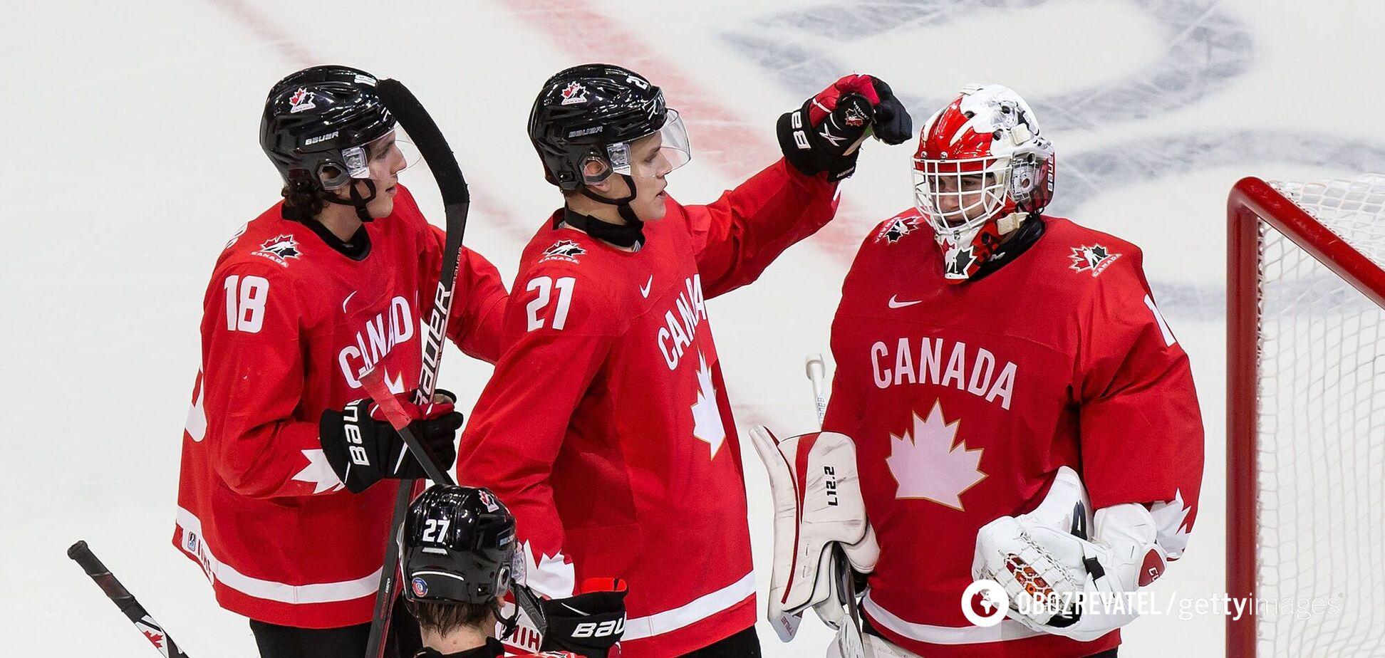 Игроки сборной Канады поздравляют голкипера