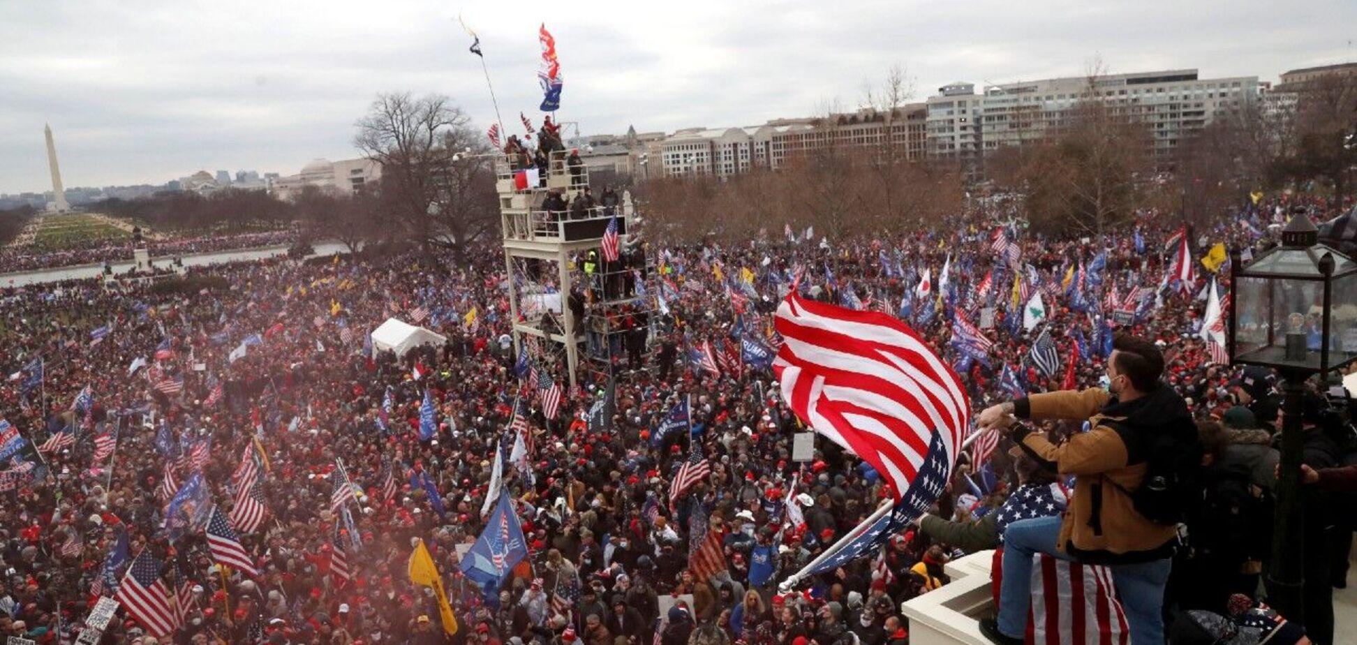 Толпа перед зданием Конгресса