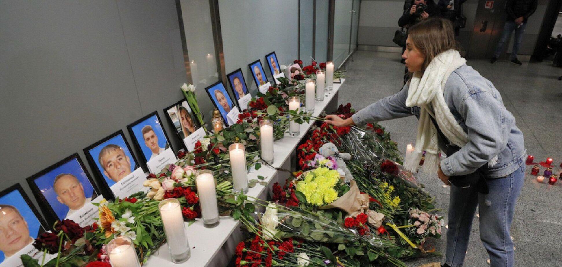 Порошенко вшанував жертв катастрофи літака МАУ і назвав справою честі встановлення винних