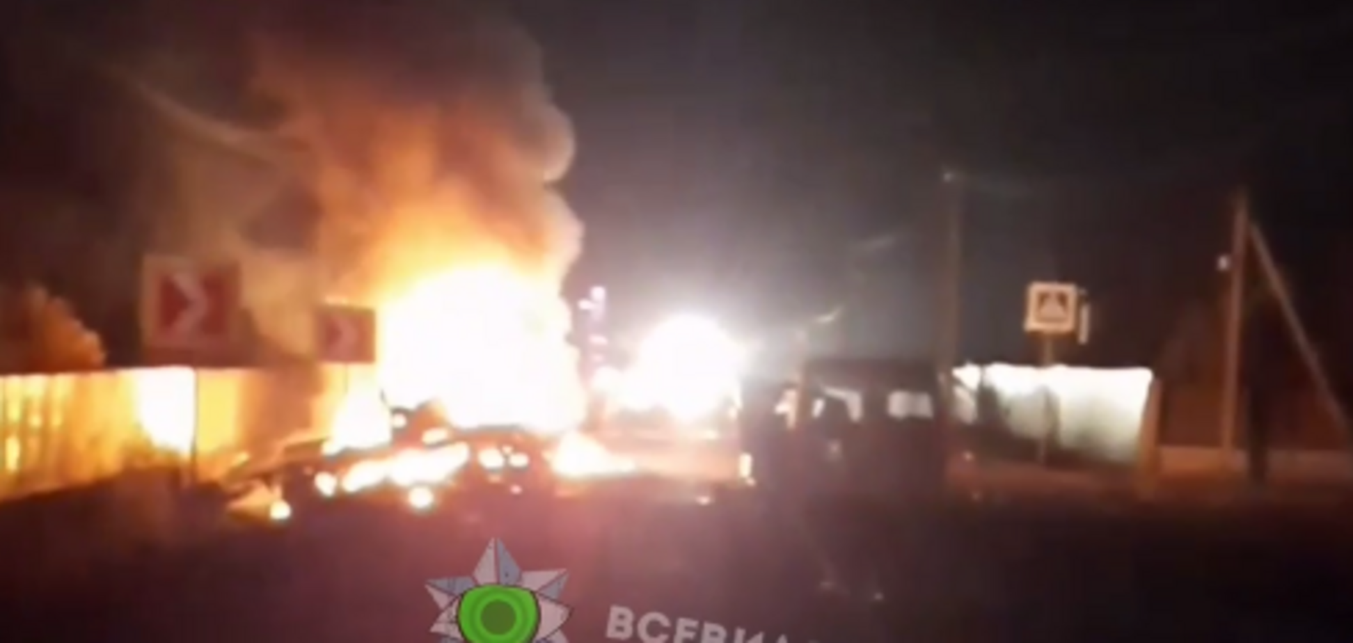 Момент пожара после ДТП, в котором погибли полицейский и пограничник, попал на видео