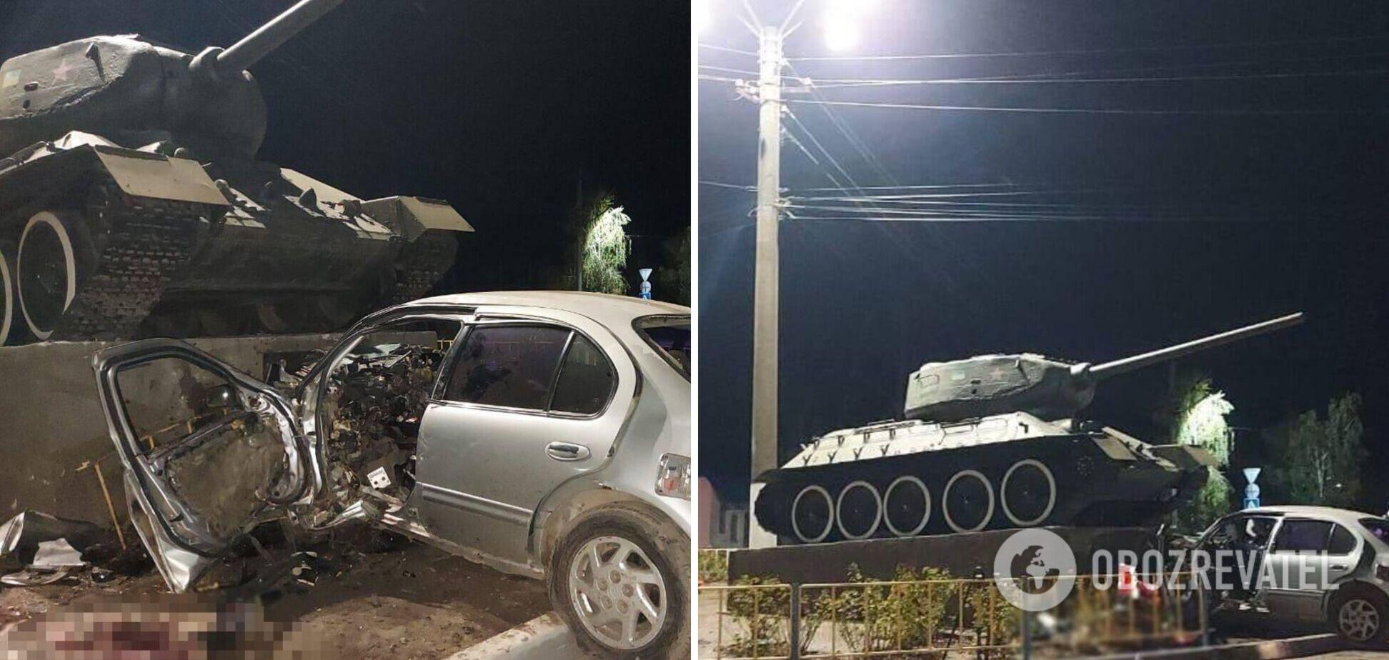 На Одещині авто влетіло в бетонний постамент із танком, водій загинув на місці. Фото та відео