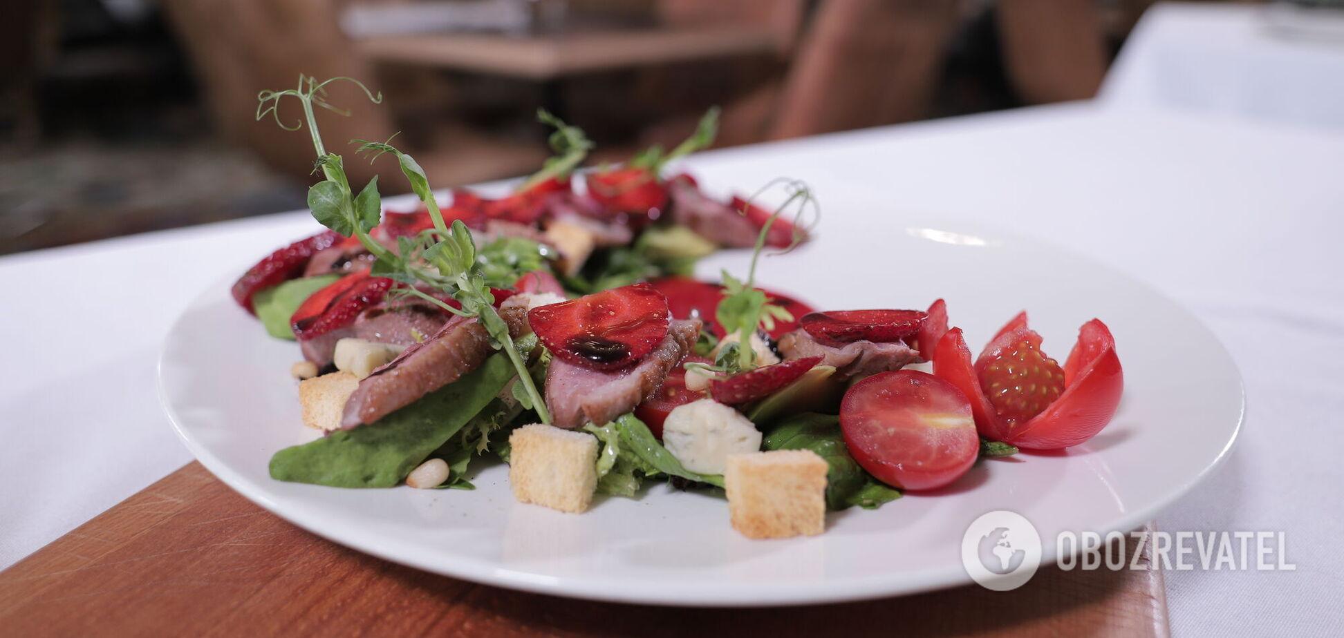 Салат с утиным филе и клубникой для изысканного ужина