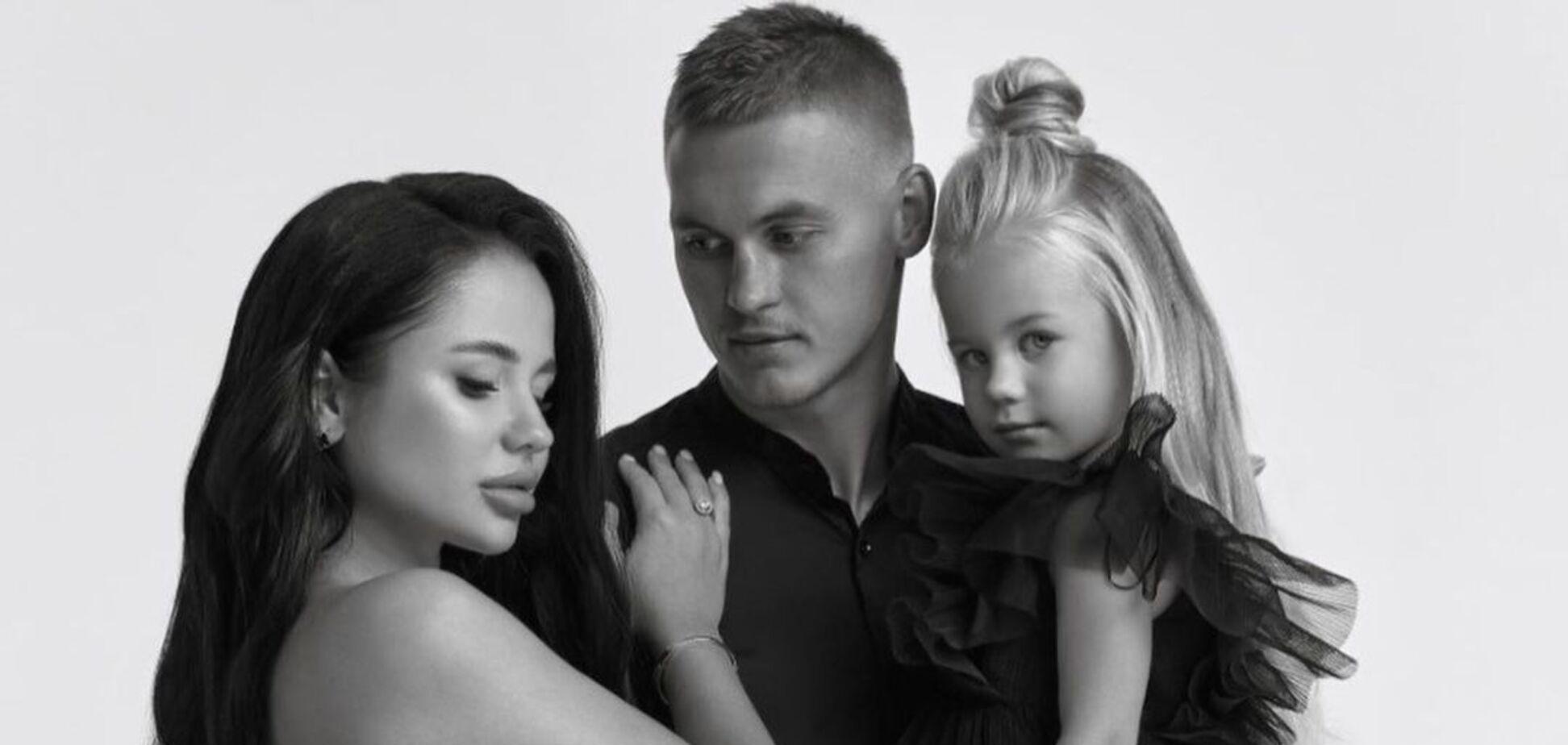 Беременная супруга лидера 'Динамо' снялась с дочерью в одинаковых нарядах