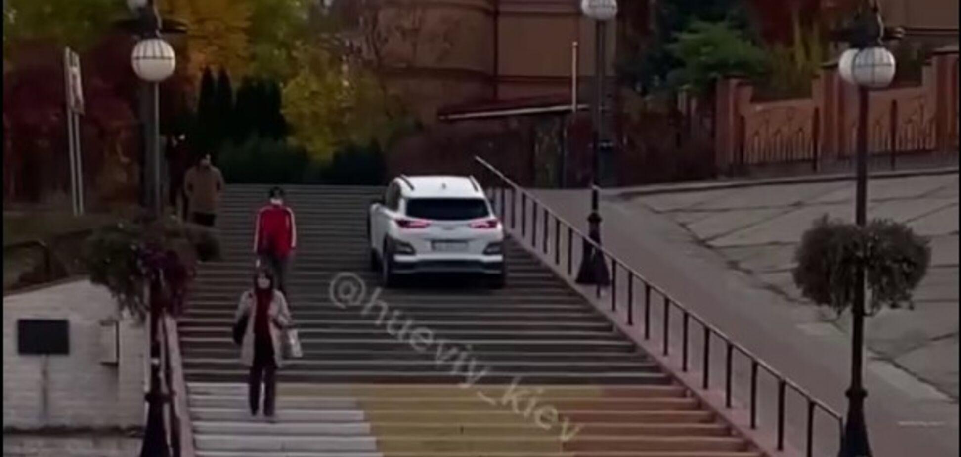 Автомобіль їздив по парковій зоні на Оболонській набережній в Києві