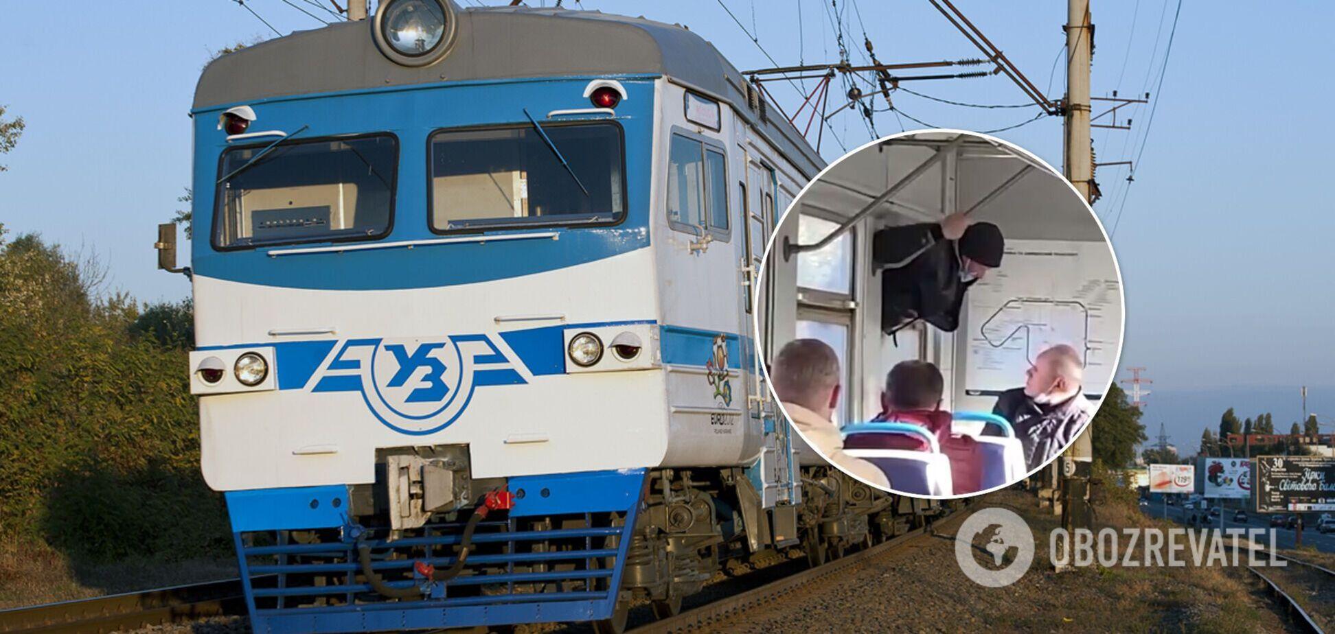 Чоловік заліз у вагон через вікно