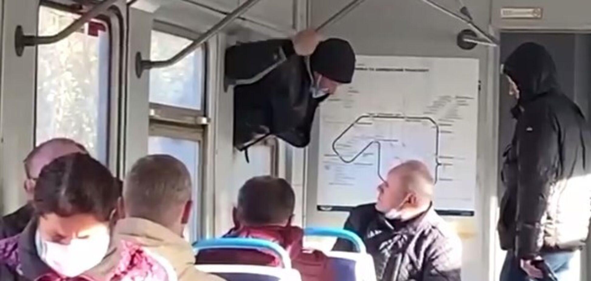 У Києві чоловік намагався вилізти з електрички через вікно
