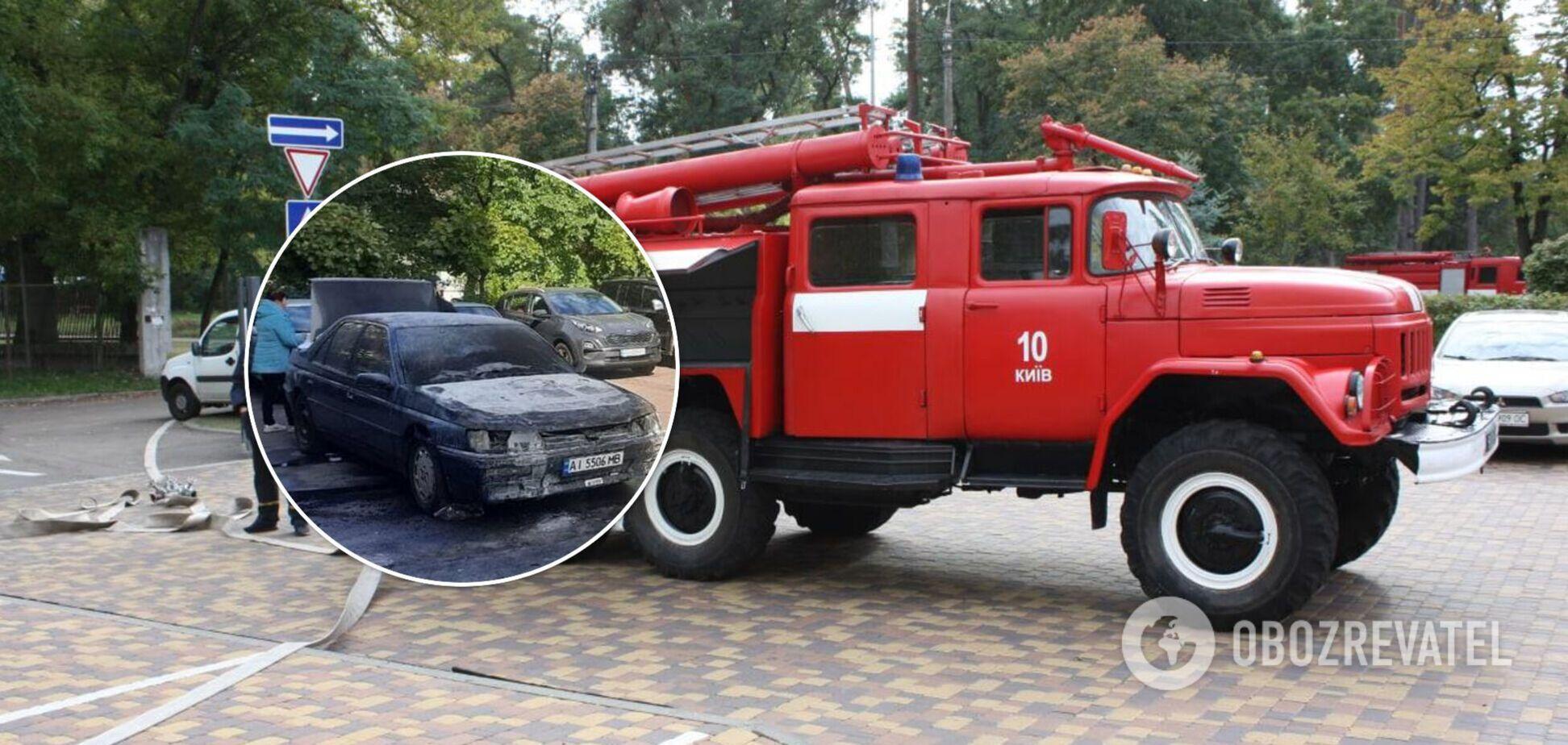 Чтобы потушить машину, понадобилась помощь спасателей