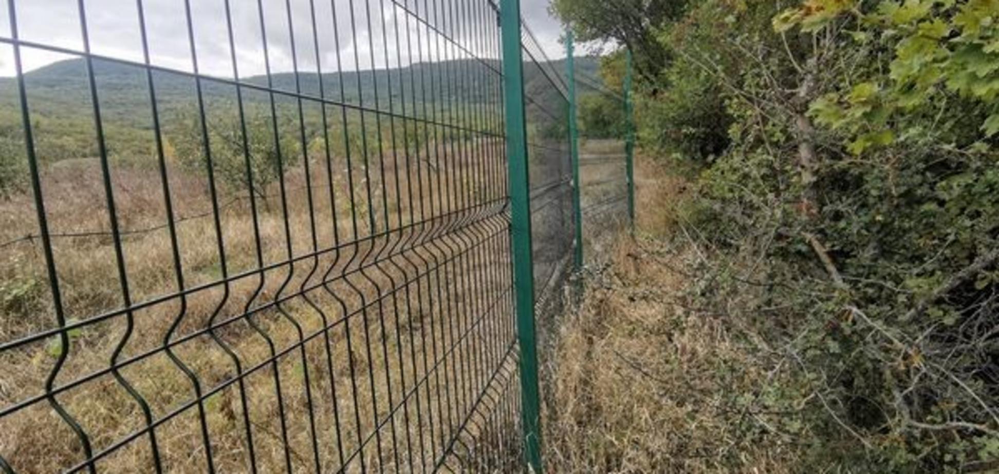 Новости Крымнаша. Страна Забория обнесла забором очередную достопримечательность
