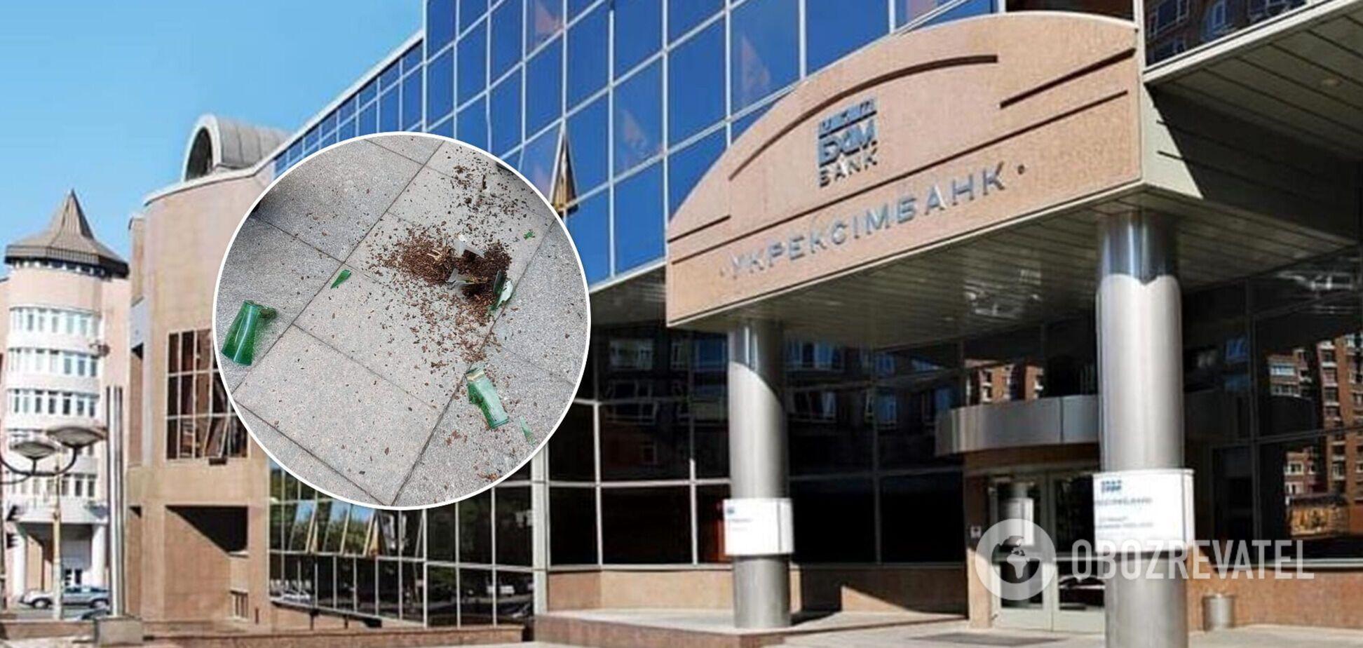 Ледь не потрапив у журналістів: під час мітингу під будівлею 'Укрексімбанку' з вікна впав вазон. Фото
