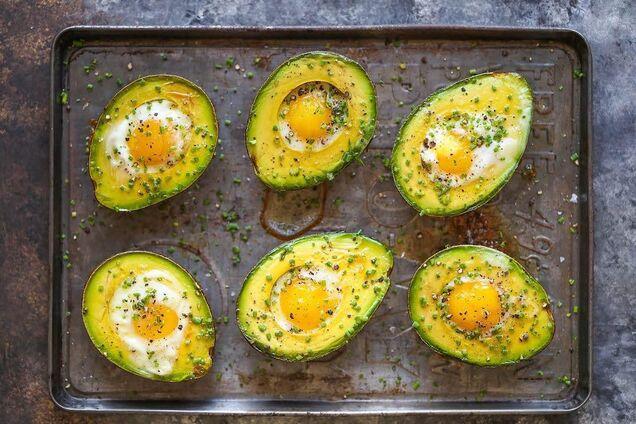 За бажанням яйця можна присипати тертим сиром.