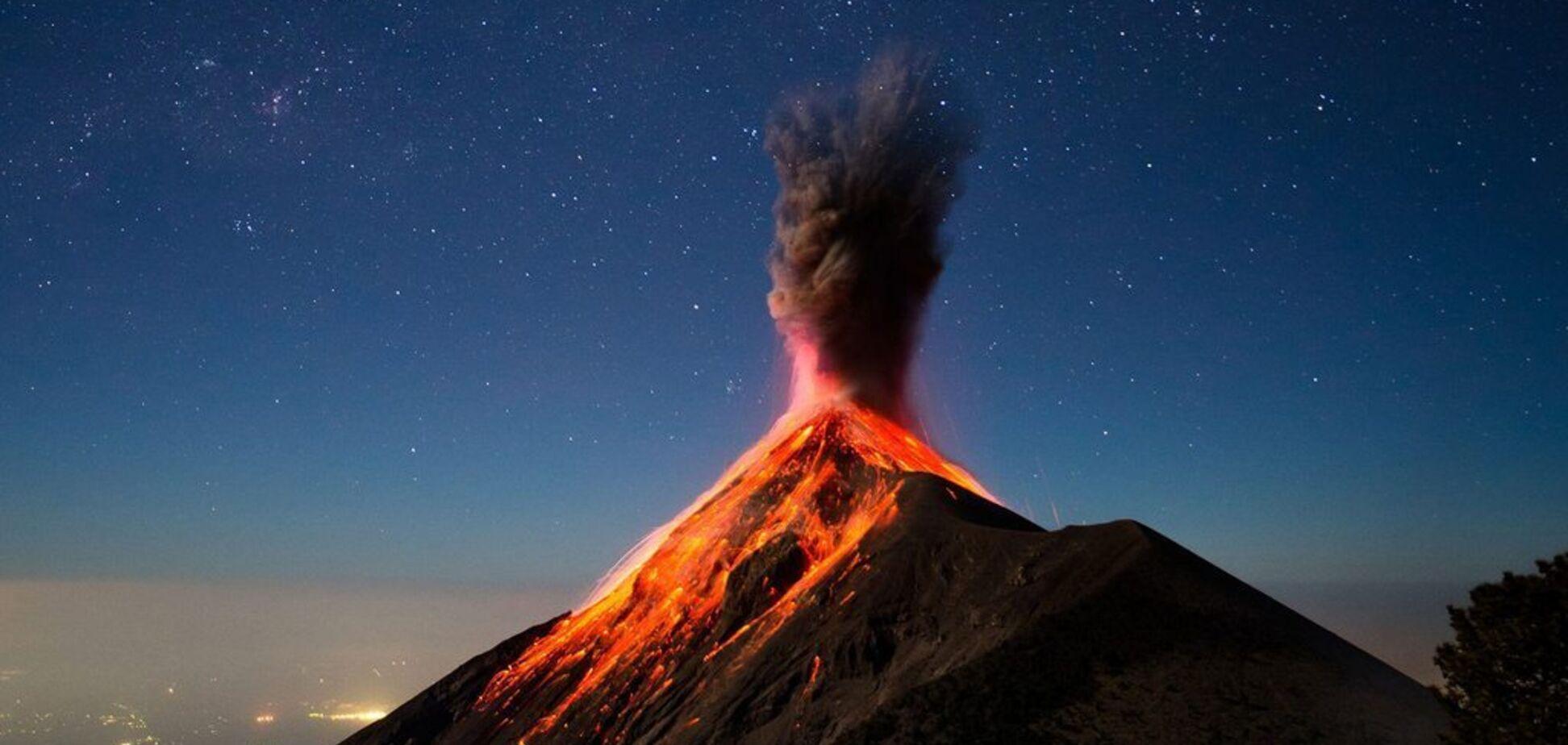 За спиной туриста внезапно начал извергаться вулкан. Видео