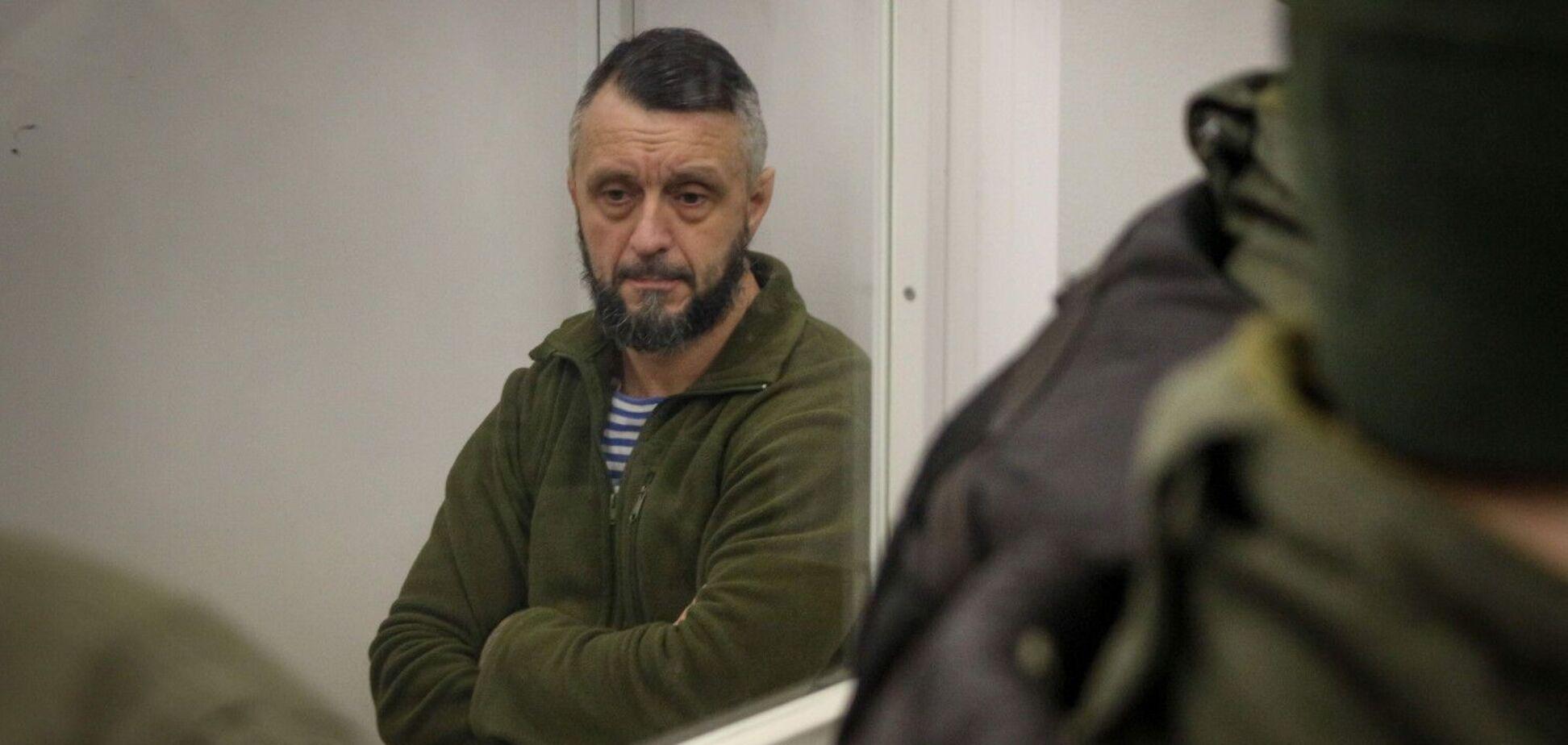 Суд оставил Антоненко под стражей: его хотели взять на поруки 15 человек
