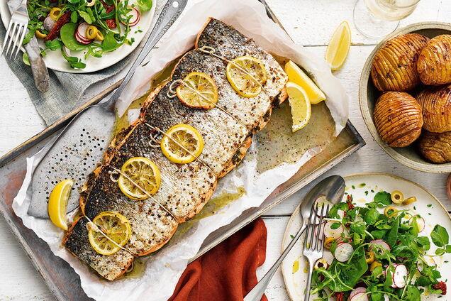 На гарнир к рыбе можно подать зеленый салат или печеные овощи.