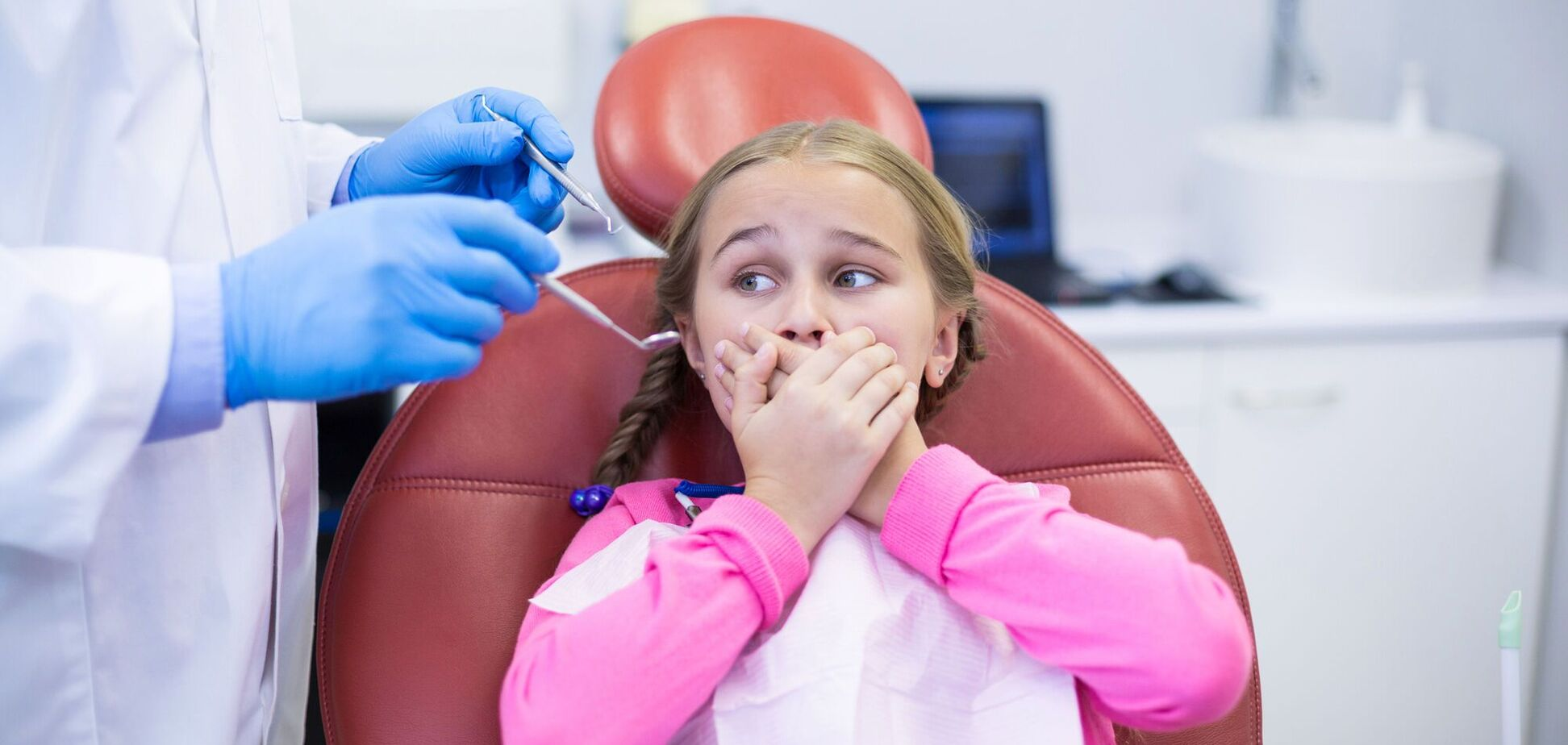 В Ривне стоматолога обвинили в издевательствах над детьми: на видео женщина бьет и душит пациентов. 18+
