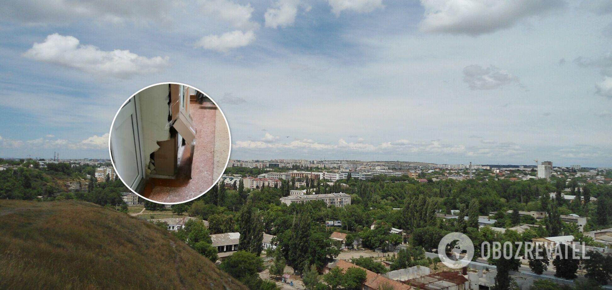 В Симферополе разваливающиеся стены больницы укрепили картоном и скотчем. Фото