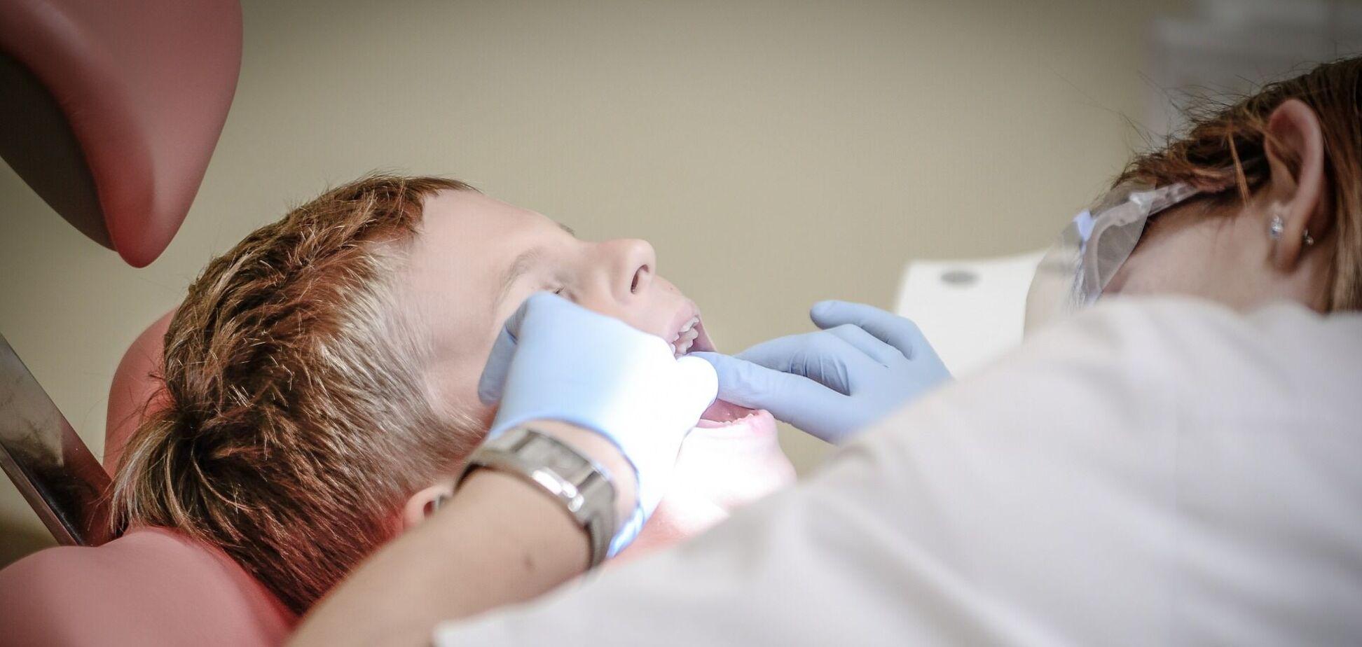 Дитина в кріслі у стоматолога