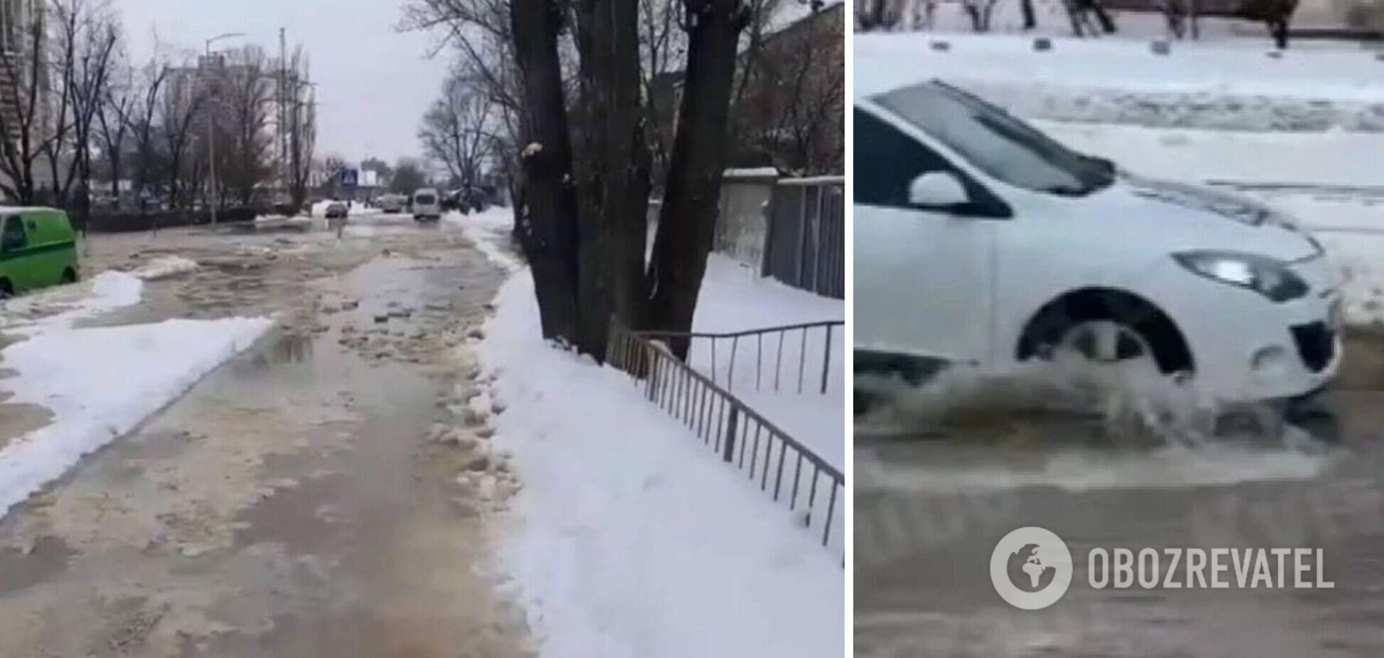 В Киеве возле станции метро 'Черниговская' прорвало трубу
