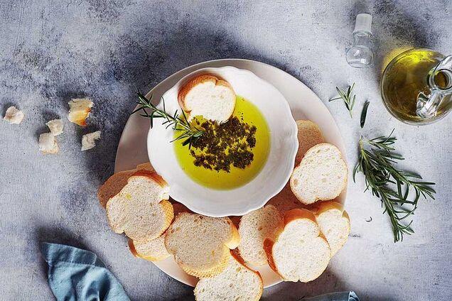 Добра оливкова олія має приємний золотистий відтінок.