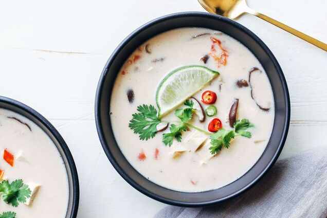 Вместо курицы в суп можно добавить креветки или тофу.