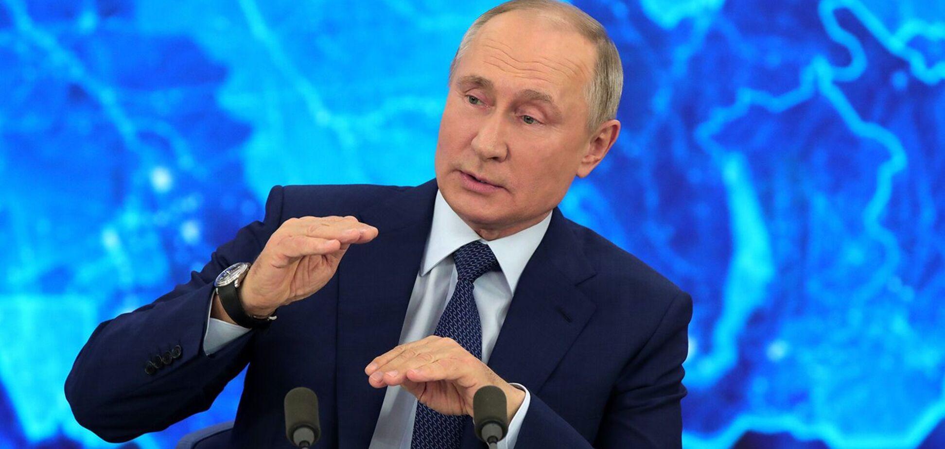 Путин во время рабочей встречи нежно гладил стакан с карандашами: курьезный момент попал на видео