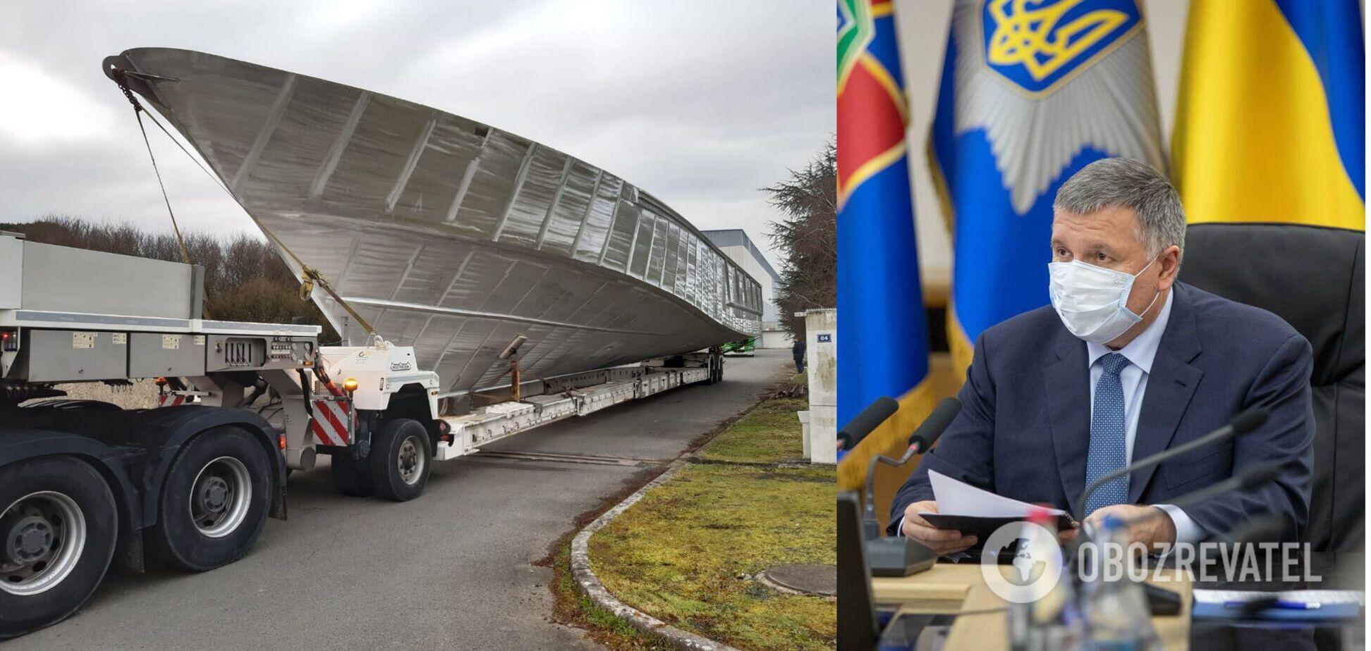 Аваков показав перший із 20 французьких катерів для українських прикордонників