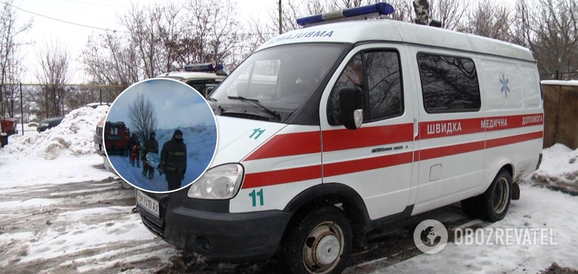 В Украине одна женщина умерла, а вторую спасатели несли 1,5 км из-за застрявших в снегу скорых. Видео