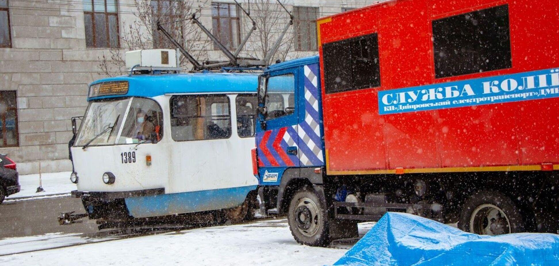 В Днепре начали ремонтировать проблемные участки трамвайных путей