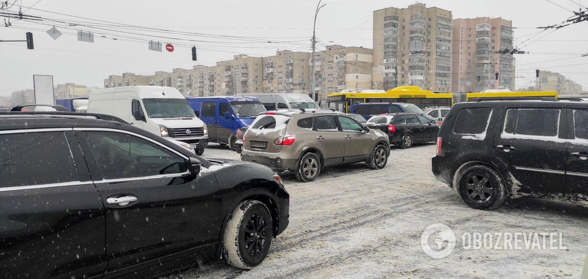 Проблеми з автомобільним трафіком спостерігаються по всьому місту