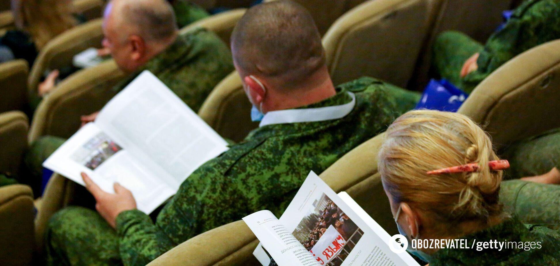 Участники Интеграционного форума 'Российский Донбасс' рассматривают копии доктрины российского Донбасса в Центре славянской культуры