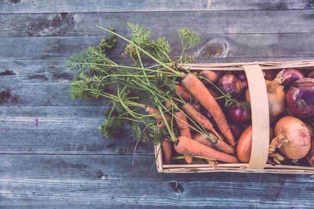 Корнеплоды и лук – самые популярные сезонные овощи зимой.