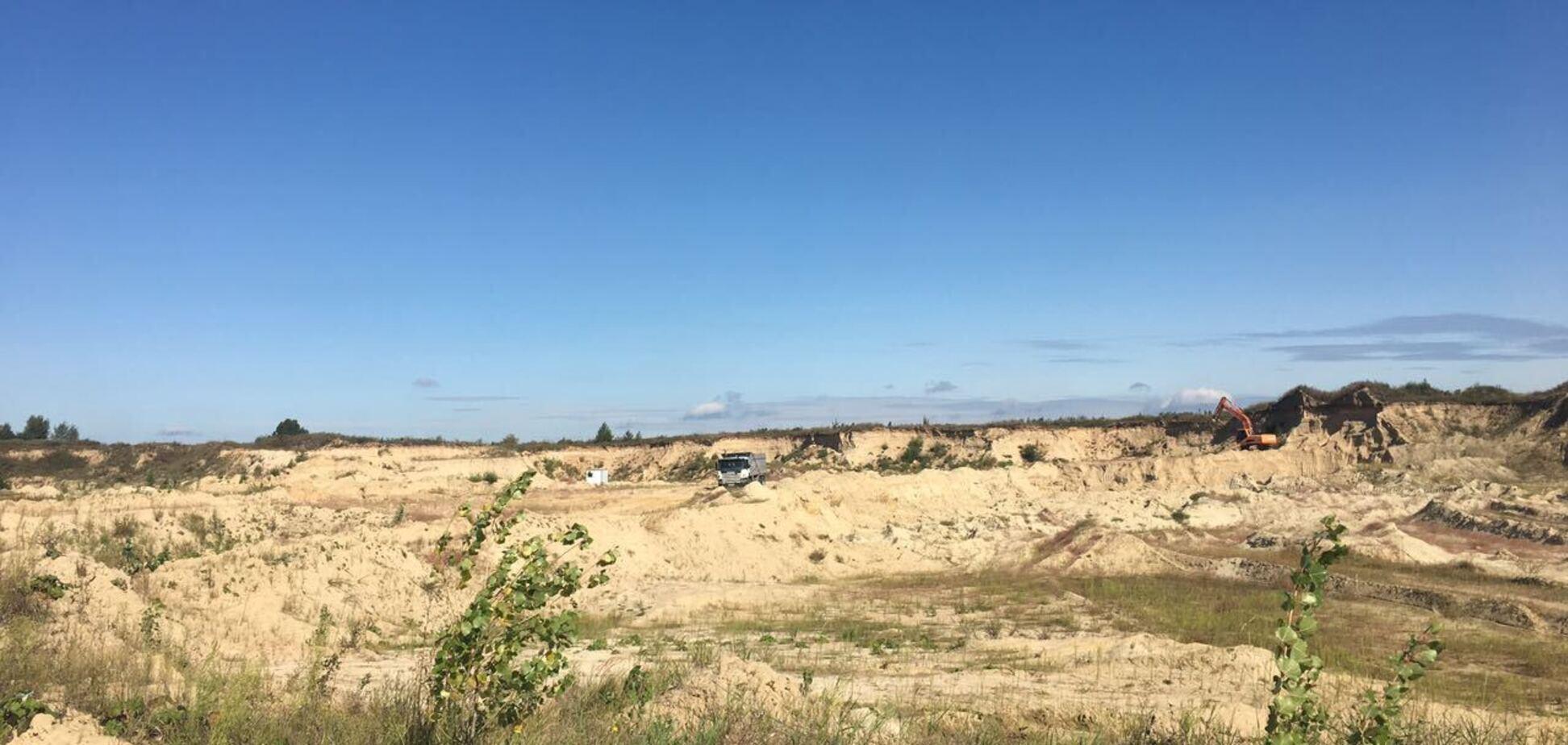 На Киевщине зафиксировали два грузовика, вывозили песок с территории 'Новой Конча-Заспы CRYSTAL'