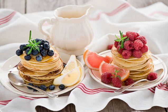 Подавать оладушки можно с любыми сезонными ягодами и фруктами.