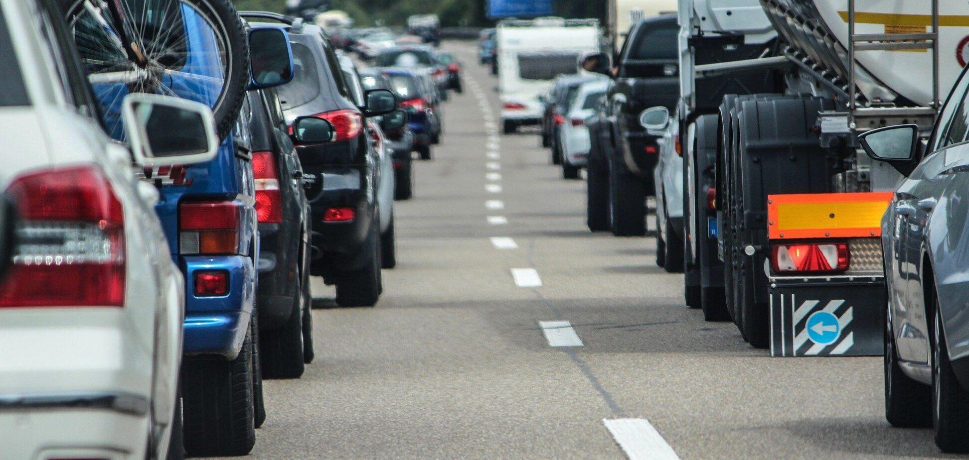 Проблеми з рухом авто є по всьому місту