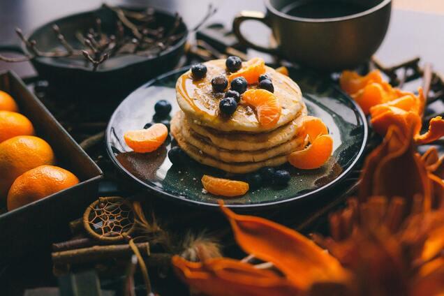 Подавати можна з улюбленими фруктами і ягодами.