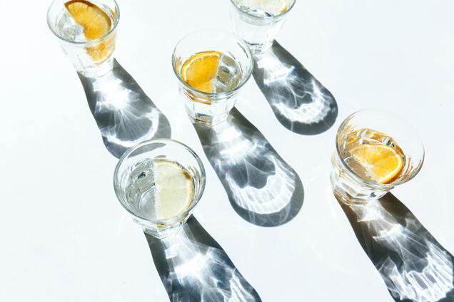 Воду з лимоном пити необхідно натщесерце.