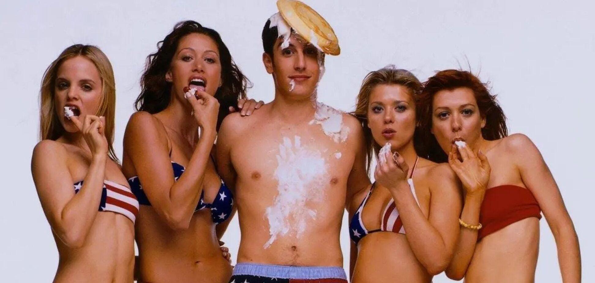 В сети опубликовали архивную фотосъемку звезд 'Американского пирога' в бикини
