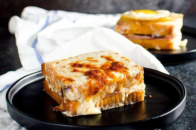 Сендвіч можна подавати зі смаженим яйцем зверху.