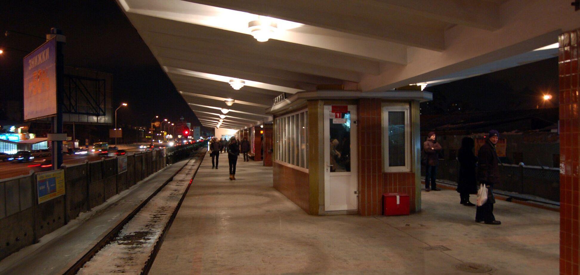 Второй вестибюль у станции появился только в 2006 году