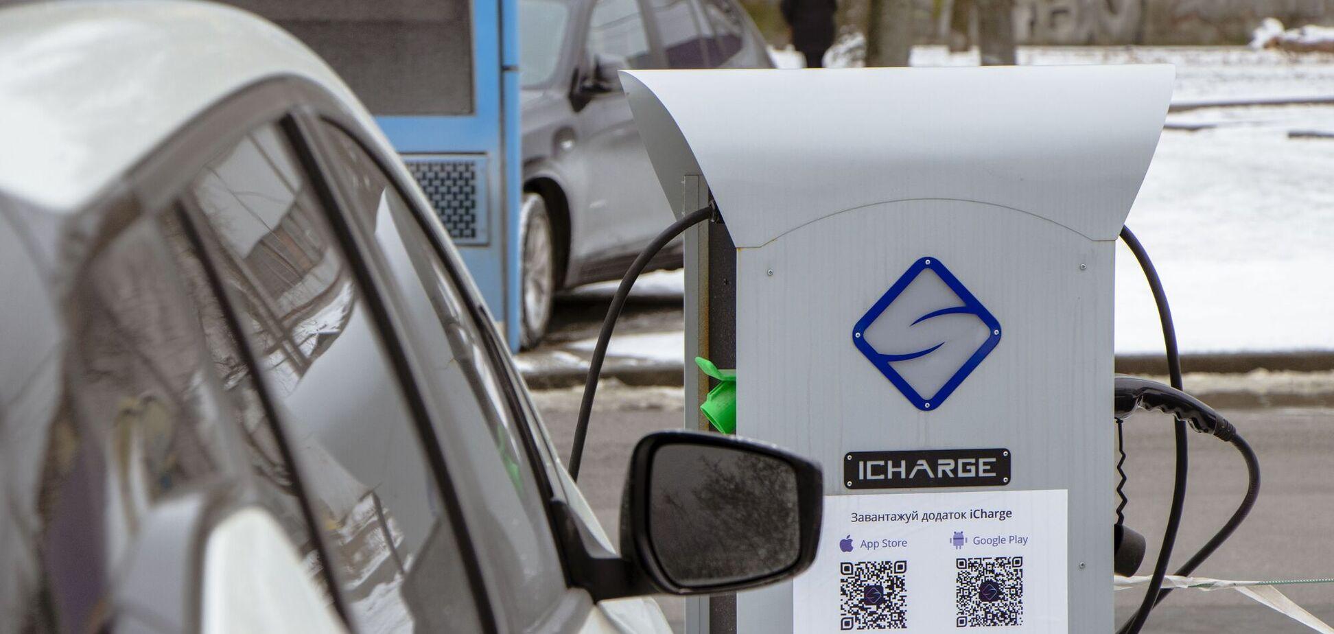 В Днепре на парковках появились зарядные станции для электрокаров