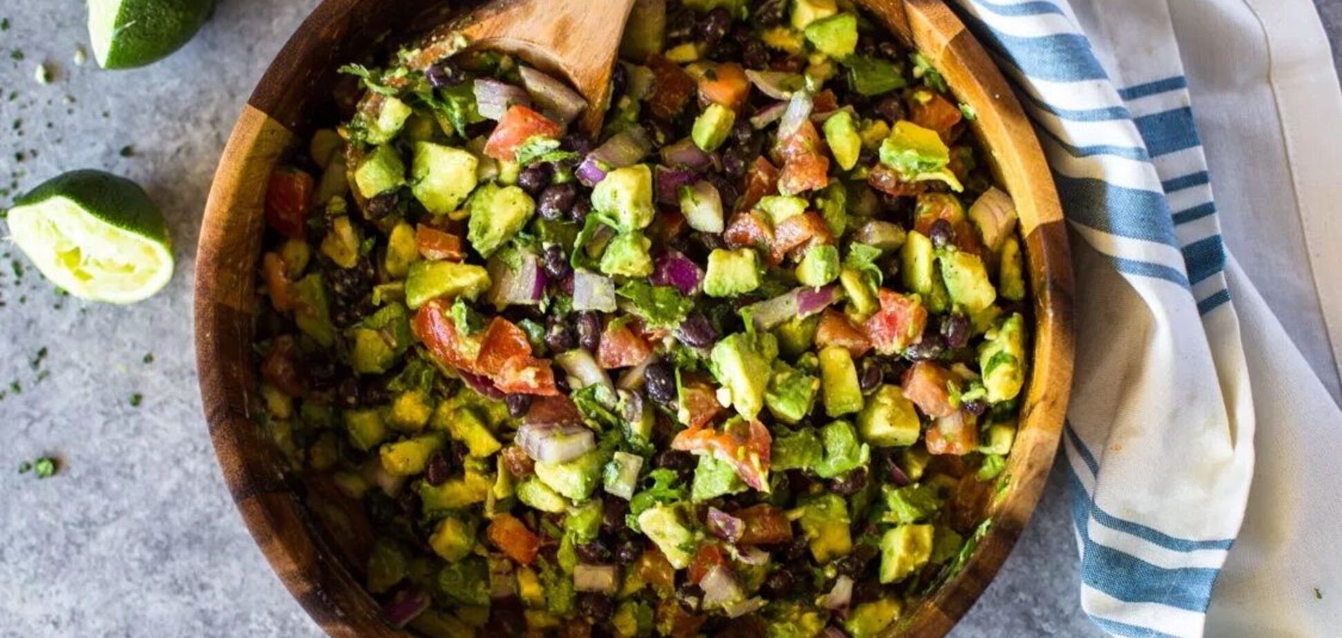 салат із квасолею та авокадо