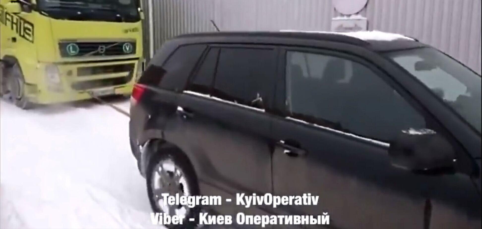 В Украине легковушки начали спасать фуры из снежных заносов. Видео