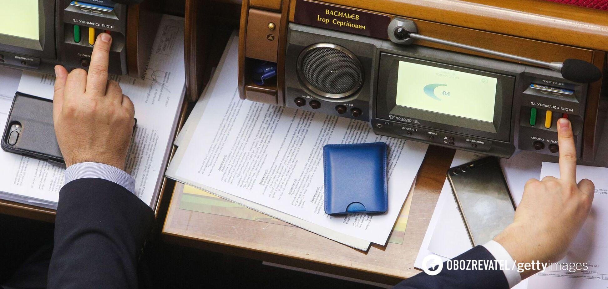 В Раде установили сенсорные кнопки против любителей голосовать за коллег